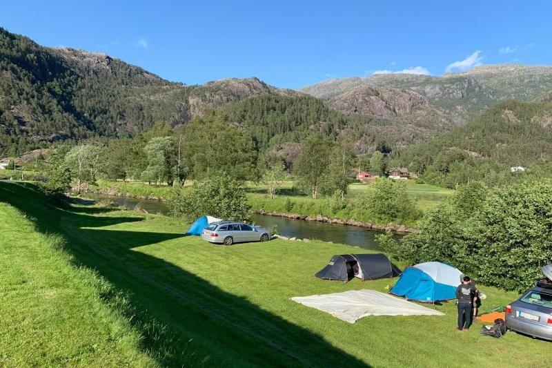 Rullestad Camping tentplaatsen langs de rivier